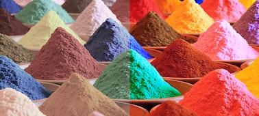 Montones de arena multicolor brillante que reflejan la gama de colores Triluminos PRO