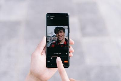 Imagen de situación de una persona editando un vídeo en su smartphone