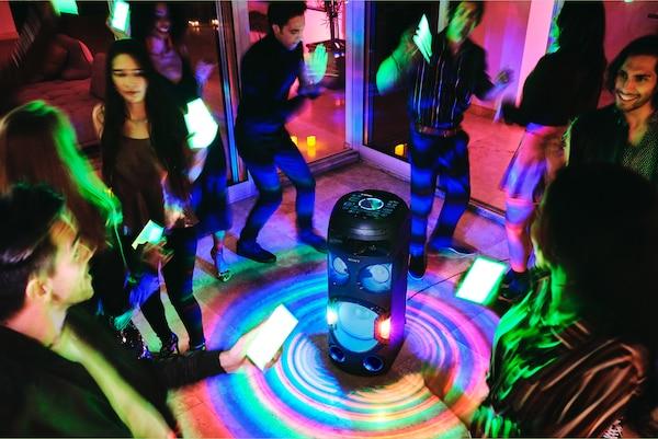 Fiesteros usando las luces de fiesta a través de la aplicación Fiestable de sus smartphones