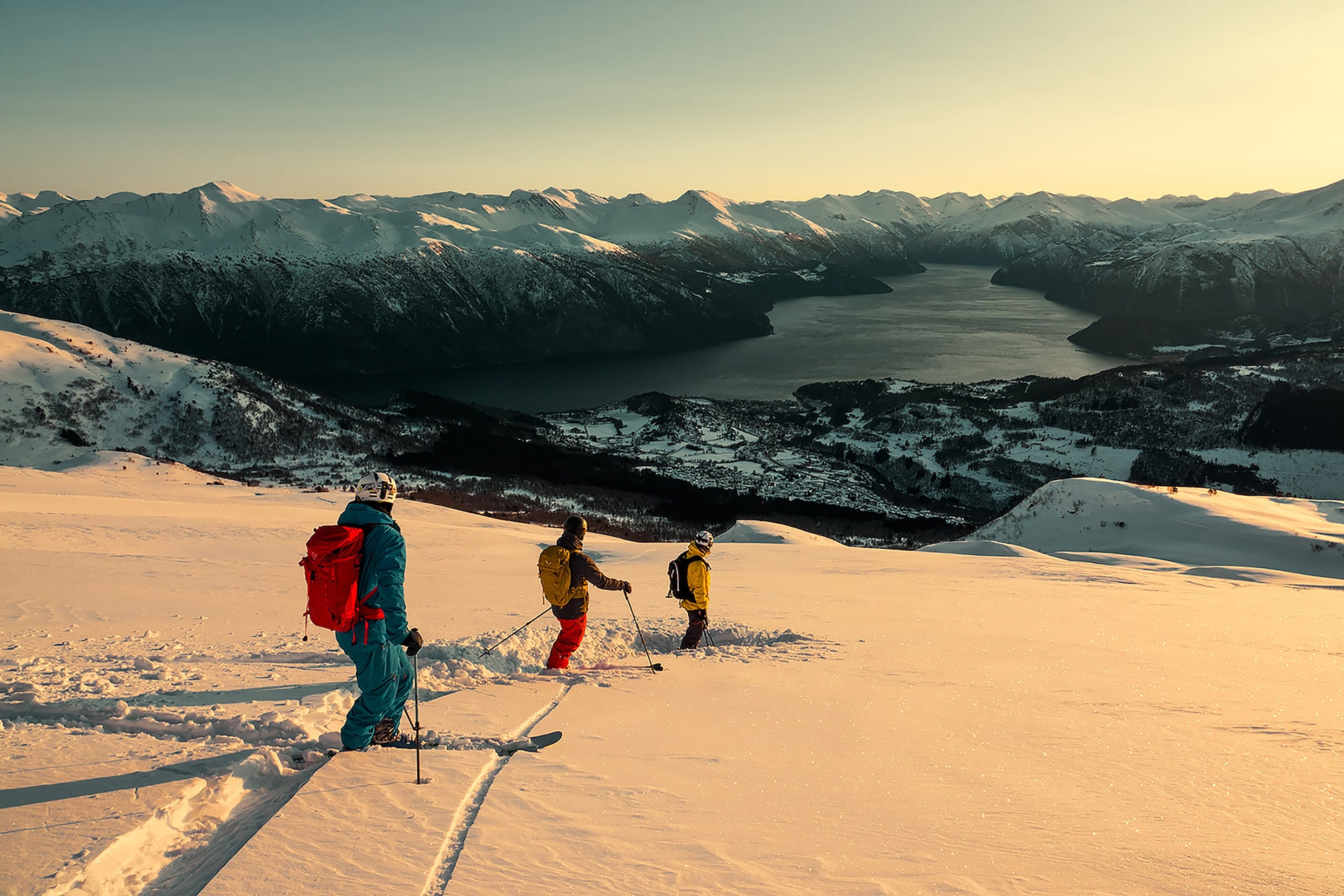Kyle-Meyr-Sony-alpha-9-group-of-skiers-making-their-way-down-a-slope-in-the-warm-evening-sun