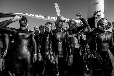 jose-mercado-sony-alpha-99-divers-in-wetsuits-wait-to-dive-in