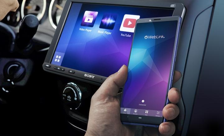 Imagen del XAV-AX8050D y un smartphone utilizando WebLink