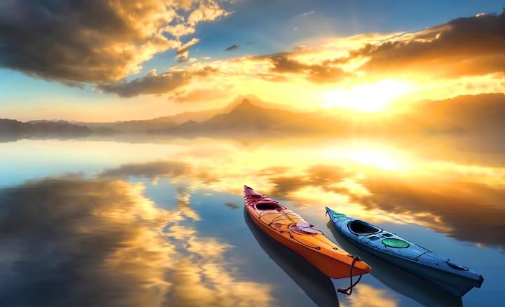 Dos canoas en un lago al amanecer