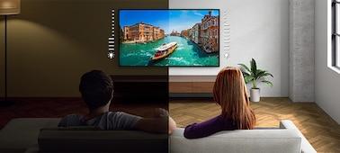 Imagen dividida en la que se puede apreciar el ajuste de brillo del televisor en ambientes luminosos y oscuros