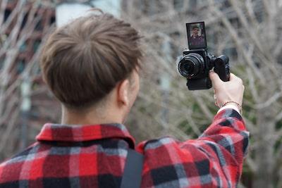Imagen de una persona grabando un vídeo en vertical