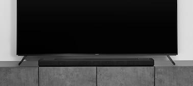 Barra de sonido HT-A5000 en un mueble de mármol bajo un televisor BRAVIA con un soporte multiposición