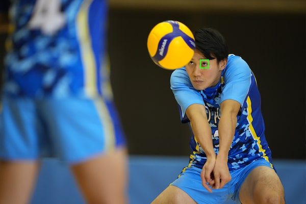 Jugador de voleibol con enfoque automático en su ojo