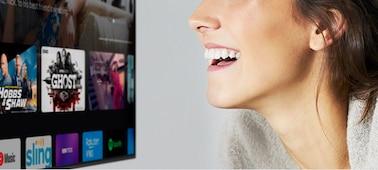 Mujer controlando el televisor con la voz
