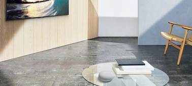 Imagen que muestra un Google Nest Mini en un salón